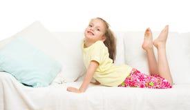 Menina na cama imagens de stock