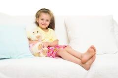 Menina na cama imagens de stock royalty free