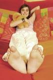 Menina na cama Fotos de Stock Royalty Free