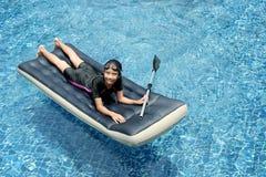 Menina na cama de flutuação #2 imagens de stock royalty free