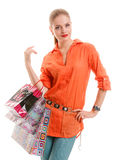 Menina na camisa alaranjada com sacos de compras fotos de stock