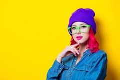 Menina na camisa azul, no chapéu roxo e em vidros verdes Fotos de Stock Royalty Free
