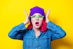 Menina na camisa azul, no chapéu roxo e em vidros verdes Foto de Stock Royalty Free
