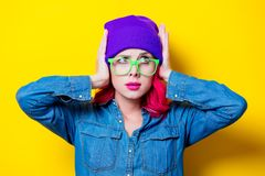 Menina na camisa azul, no chapéu roxo e em vidros verdes Fotos de Stock