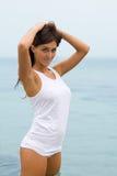 Menina na camisa branca no mar Fotografia de Stock