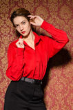 Menina na camisa masculina vermelha. No interior retro imagens de stock