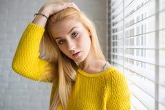 Menina na camiseta amarela fotografia de stock