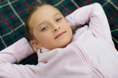 A menina na camiseta cor-de-rosa fotos de stock royalty free