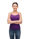 Menina na camiseta de alças roxa vazia com braços cruzados Fotografia de Stock