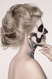Menina na cara do esqueleto imagem de stock royalty free