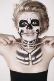 Menina na cara do esqueleto imagens de stock
