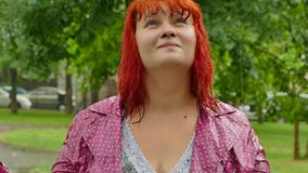 Menina na chuva com cabelo molhado video estoque