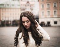 Menina na cidade europeia velha imagens de stock
