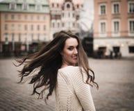 Menina na cidade europeia velha imagem de stock