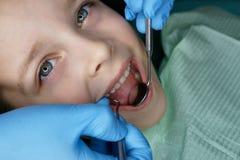 Menina na cl?nica dental foto de stock royalty free