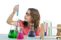 Menina na classe da ciência Fotografia de Stock Royalty Free
