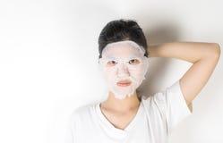 Menina na colocação sobre uma máscara do papel dos cuidados com a pele imagem de stock royalty free
