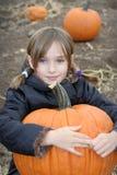 Menina na correcção de programa da abóbora Imagem de Stock Royalty Free