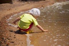 Menina na costa Foto de Stock Royalty Free