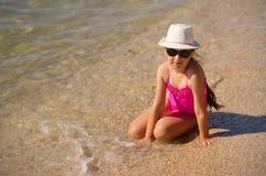 Menina na costa de mar Fotografia de Stock Royalty Free