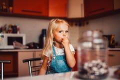 Menina na cozinha Imagens de Stock Royalty Free