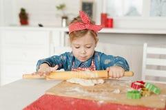 Menina na cozinha que faz cookies Imagens de Stock Royalty Free