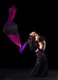 Menina na dança árabe oriental do traje com fantail Fotografia de Stock