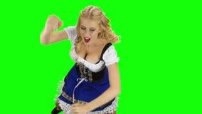 Menina na dança bávara do traje isolada Movimento lento de Oktoberfest Tela verde filme