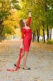 Menina na dança vermelha no humor do outono Fotos de Stock Royalty Free