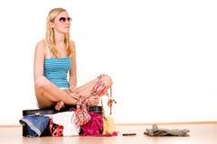 Menina na embalagem da mala de viagem Foto de Stock Royalty Free