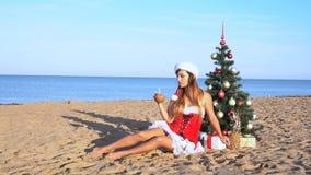 A menina na estância de verão no Natal veste-se pelo ano novo 1 vídeos de arquivo