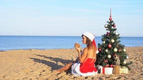 A menina na estância de verão no Natal veste-se pelo ano novo nos trópicos 1 vídeos de arquivo