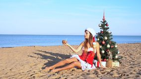 A menina na estância de verão no Natal veste-se pelo ano novo nos trópicos 1 filme