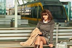 Menina na estação de comboio fotos de stock royalty free