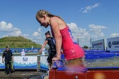 Menina na fase das banheiras do gelo na raça do extrim Tyumen Imagens de Stock