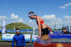Menina na fase das banheiras do gelo na raça do extrim Tyumen Foto de Stock Royalty Free