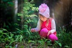 Menina na floresta da mola Fotos de Stock