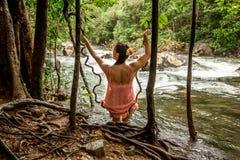 Menina na floresta tropical, vista traseira Fotos de Stock