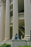 Menina na frente das colunas Foto de Stock