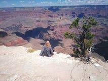 Menina na frente de Grand Canyon fotografia de stock