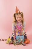 Menina na frente de seu presente nela birtday Imagens de Stock Royalty Free
