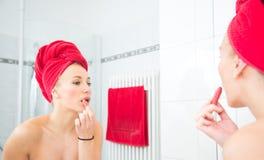 Menina na frente de um espelho Imagem de Stock