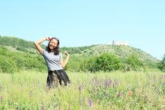 Menina na frente do castelo Devicky em Palava foto de stock royalty free