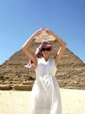 Menina na frente do piramid Fotografia de Stock Royalty Free