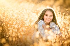 Menina na grama alta seca imagem de stock royalty free
