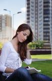 Menina na grama ao ar livre Imagem de Stock
