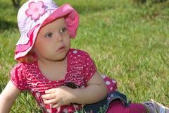 Menina na grama verde. Imagens de Stock