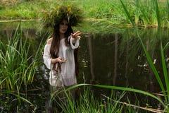 A menina na grinalda está mergulhando no rio Estilo popular Imagens de Stock