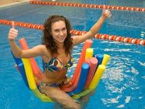 Menina na água em macarronetes do aqua Fotos de Stock Royalty Free