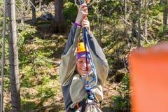 Menina na inclinação do parque do fecho de correr da corda Foto de Stock Royalty Free